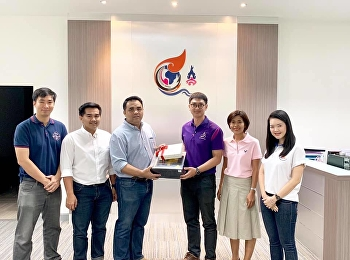 The team of Maritime Management gave 2019 New Year presents to the management team of College of Logistics and Supply Chain.
