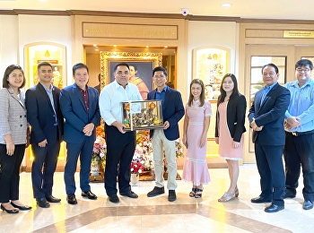 Asst. Prof. Dr. Komson Sommanawat, Dean of College of Logistics and Supply Chain (CLS), Suan Sunandha Rajabhat University (SSRU), along with the college administrators gave a birthday gift to Associate Professor Dr. Luedech Gerdwichai, SSRU President.