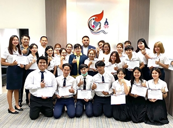 Asst. Prof. Dr. Komson Sommanawat, Dean of College of Logistics and Supply Chain, Suan Sunandha Rajabhat University, presented certificates and awards to students of Logistics Management for the academic presentation of
