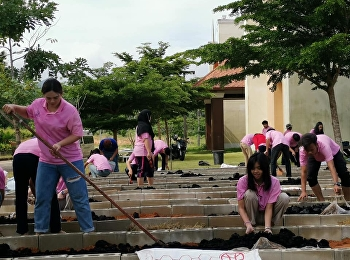 Logistics Management students, College of Logistics and Supply Chain, prepared the soil for planting herbs in the demonstration plot of herb cultivation. This activity was a collaboration between the college and its network and carried out to be in line