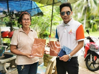 Dr.Wissawa Aunyawong, Director of MBA Program,  gives advice to Baan Tharanae Community, Trat [Creative Industry Village(CIV) Project, Department of Industrial Promotion, Ministry of Industry].